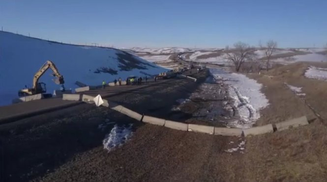 letourvoicesecho-waterislife-indianholocaust-standingrock-blacksnake-1806barricade